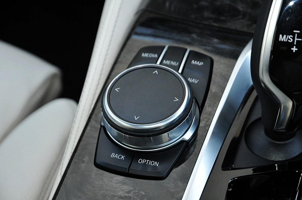 BMW 5シリーズ(G30)、iDriveコントローラーの画像
