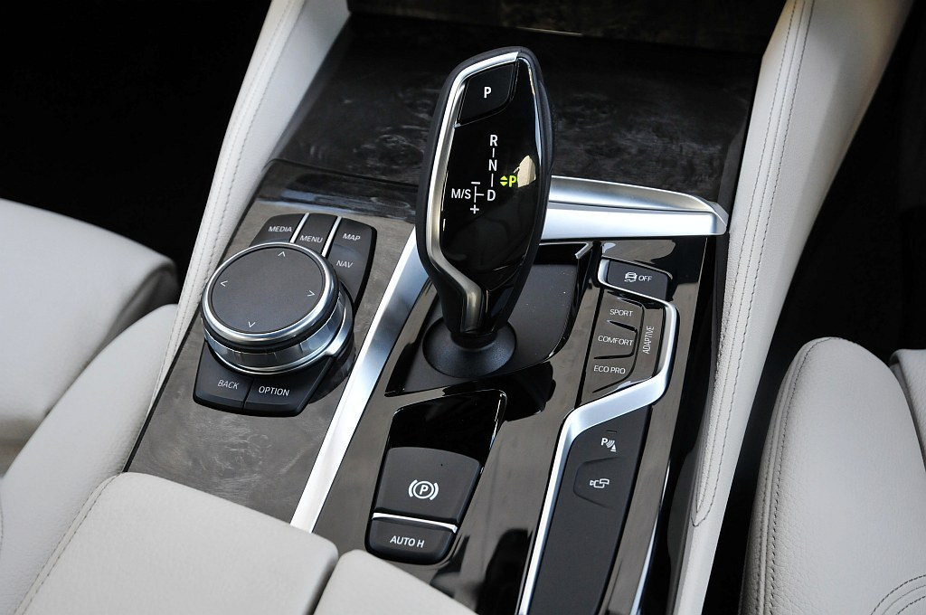 BMW 5シリーズ(G30)、シフトレバーとiDriveコントローラーの画像