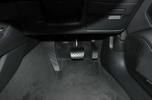 Audi アウディA4アバント2.0 TFSIクワトロのフットレストの写真