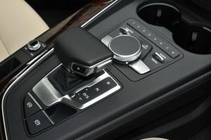 Audi アウディA4アバント2.0 TFSIクワトロのシフトレバーの写真