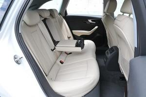 Audi アウディA4アバント2.0 TFSIクワトロの後部座席の写真