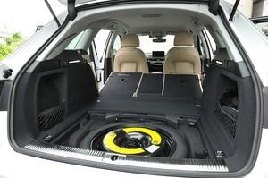 Audi アウディA4アバント2.0 TFSIクワトロの荷室の床下の写真