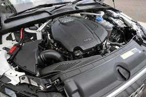 Audi アウディA4アバント2.0 TFSIクワトロのエンジンルームの写真
