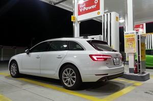 夜間のガソリンスタンドで給油中のAudi アウディA4アバント2.0 TFSIクワトロの写真