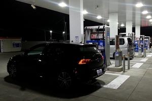 フォルクスワーゲン ゴルフ GTEの給油中の写真