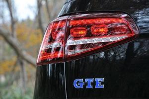 フォルクスワーゲン ゴルフ GTEの背部のGTEロゴマークの接写写真