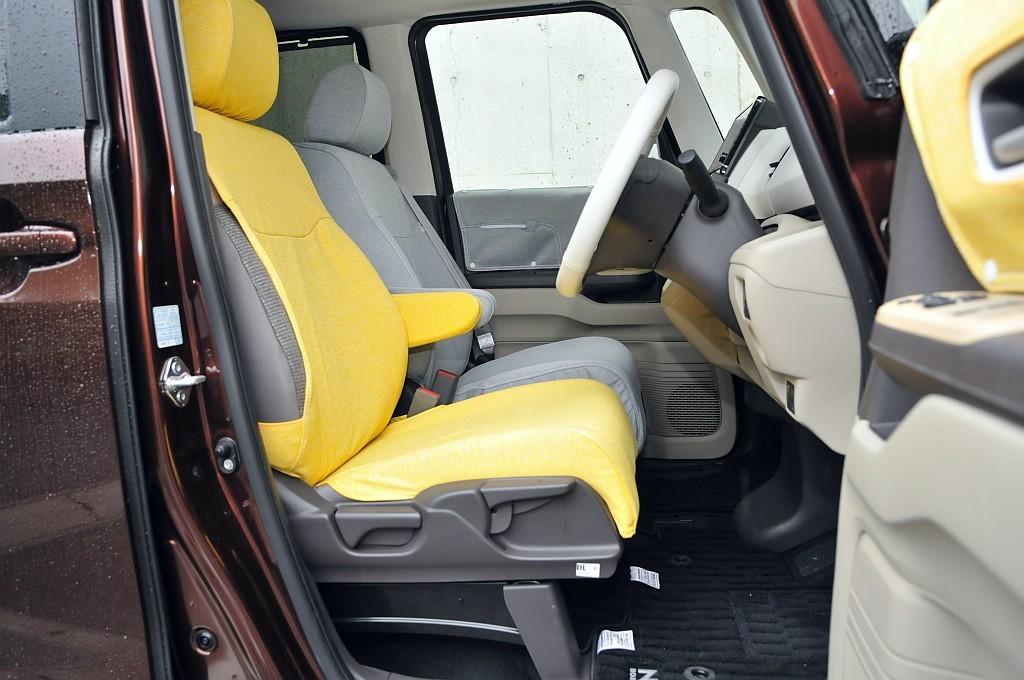 ホンダ N-BOXのフロントシート画像