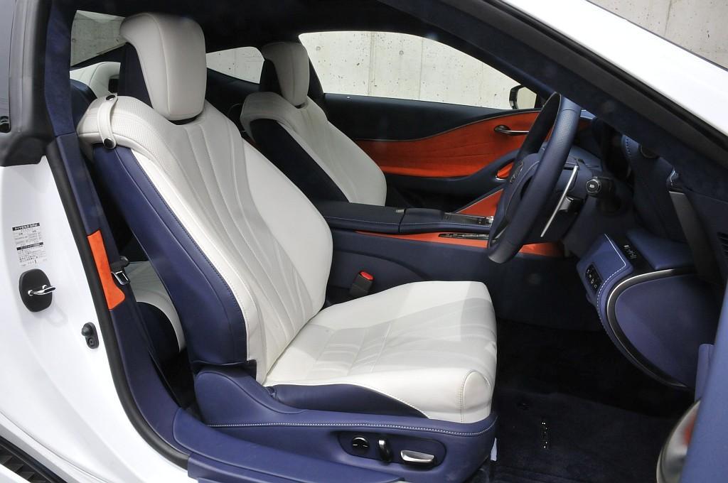 レクサス LC500hのフロントシート画像