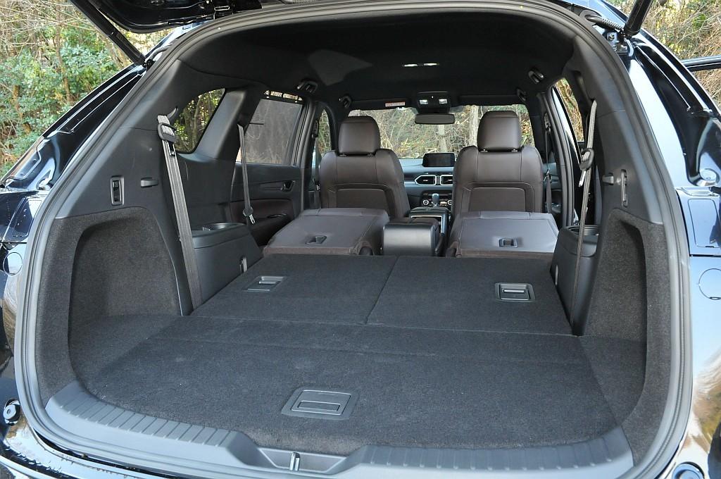 マツダ CX-8のセカンドシート、サードシートを格納した状態の荷室画像