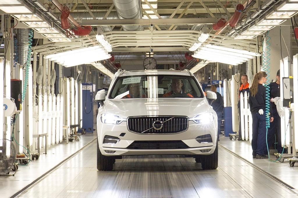トースランダ工場をラインオフする新型XC60の画像