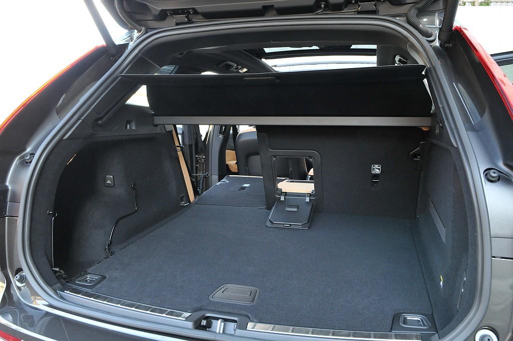 新型ボルボXC60の荷室画像