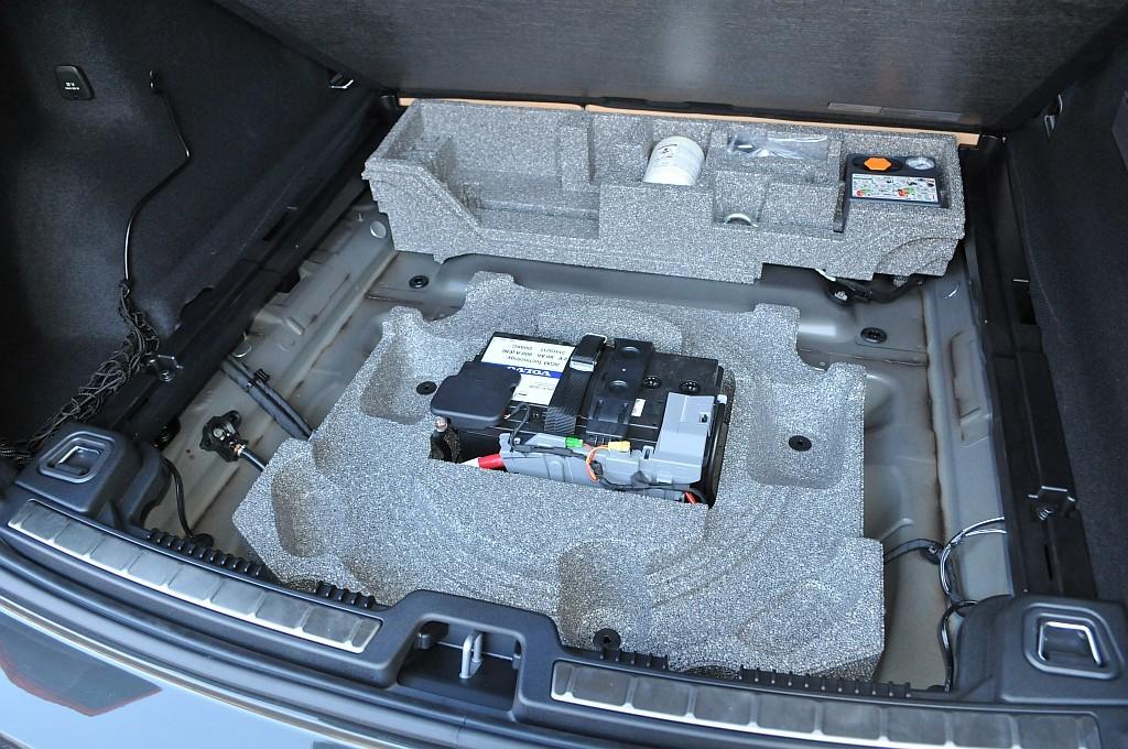新型ボルボXC60の床下収納画像