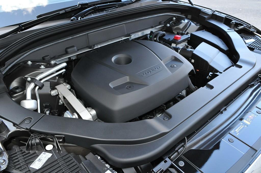 新型ボルボXC60のエンジン画像