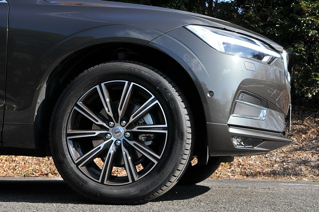 新型ボルボXC60のタイヤ&ホイール画像