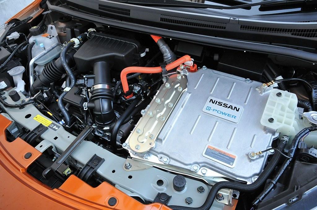 日産 ノート e-POWERのエンジンルーム写真