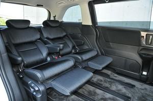 後部座席のシート位置を変更したホンダ オデッセイハイブリッドの内装の写真