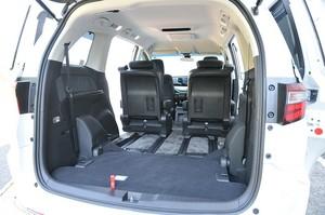 サードシートが格納された状態で車両後方から撮影した後部座席の写真