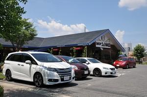喫茶店に駐車したホンダ オデッセイハイブリッドの写真