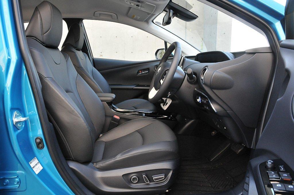 トヨタ プリウスPHVのフロントシート画像