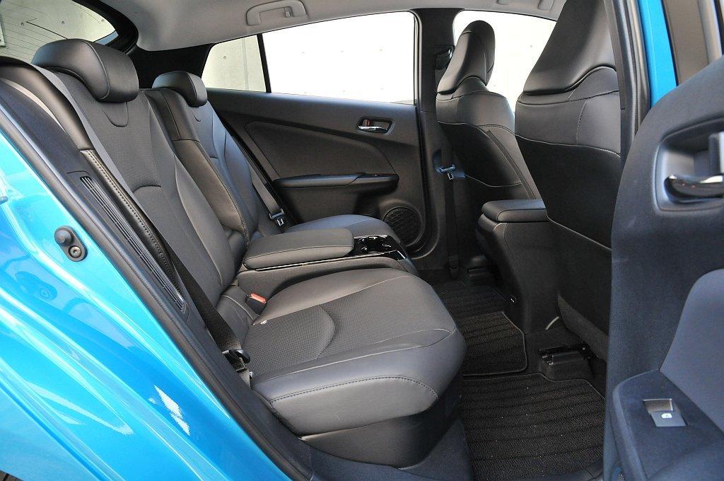 トヨタ プリウスPHVのリアシート画像