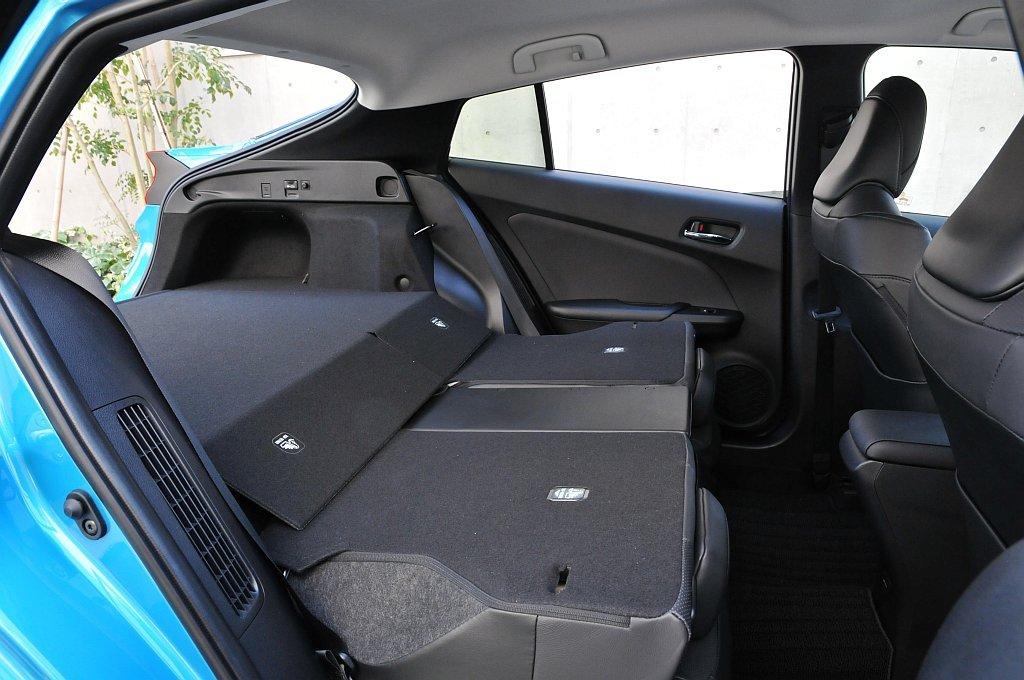 トヨタ プリウスPHVのリアシートと荷室の画像