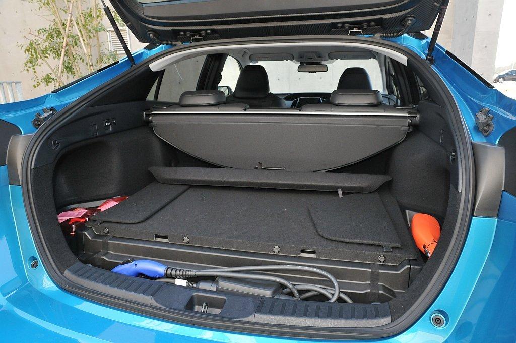 トヨタ プリウスPHVのトランク画像