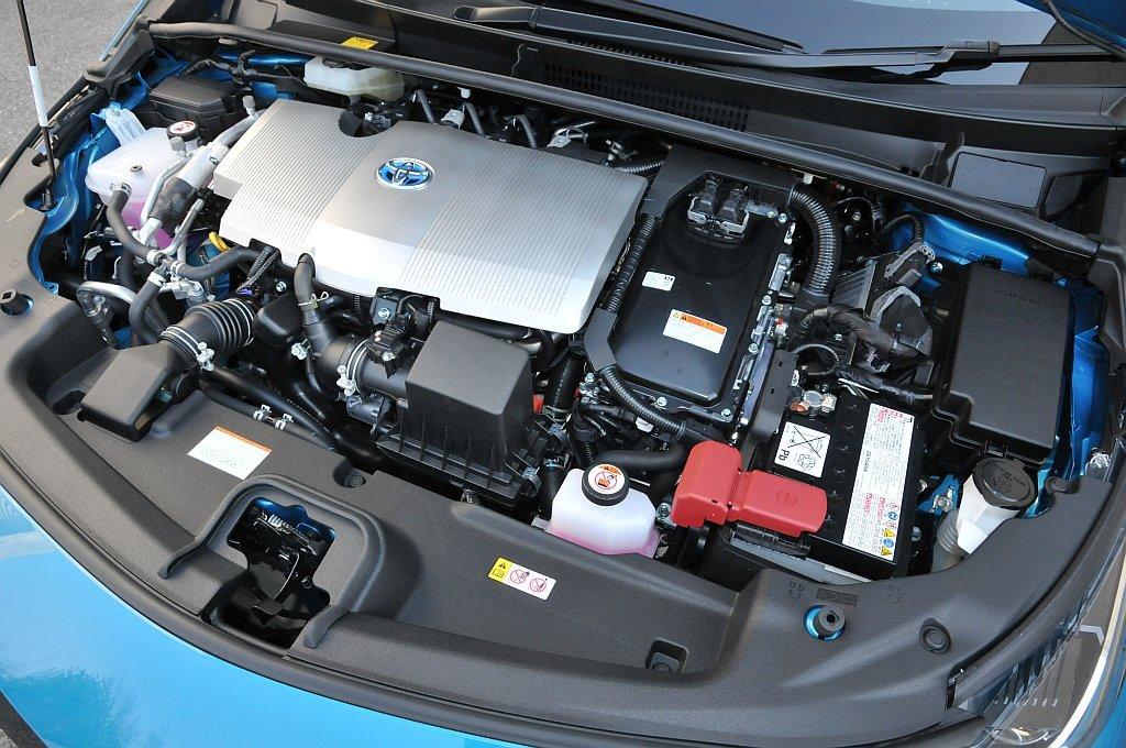 トヨタ プリウスPHVのエンジン画像