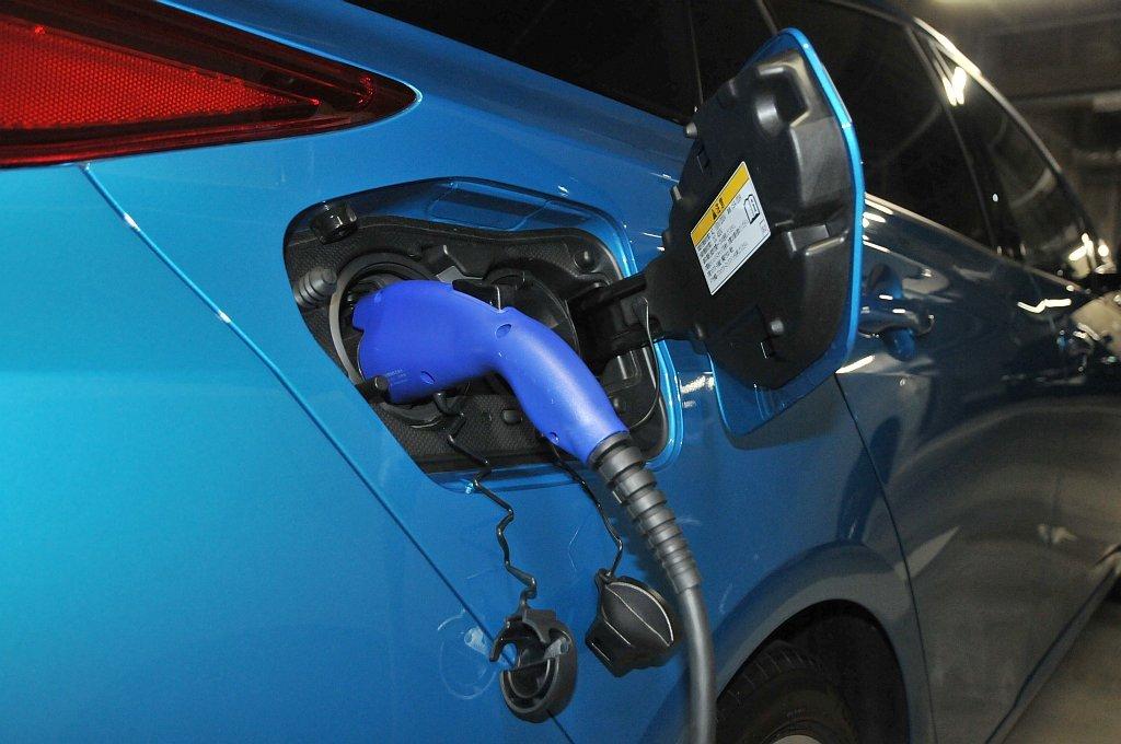トヨタ プリウスPHV普通充電中の画像