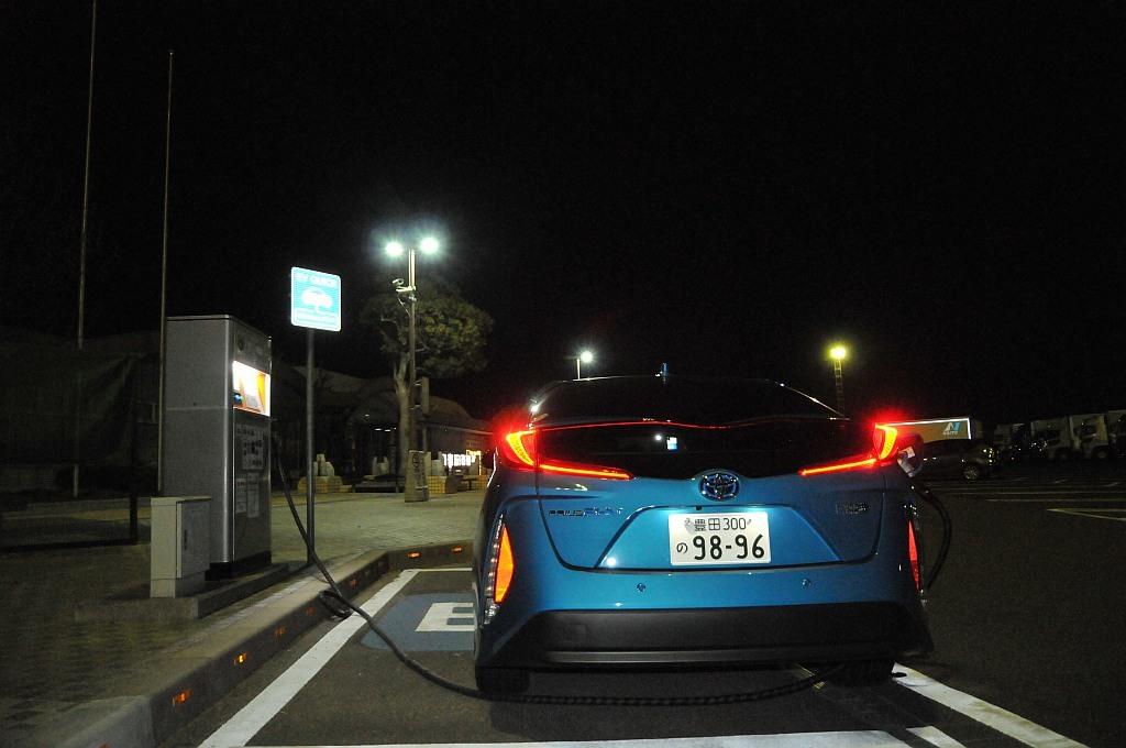 トヨタ プリウスPHV急速充電中の画像