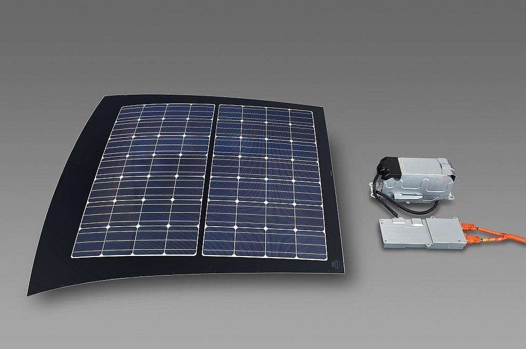 トヨタ プリウスPHVのソーラー充電システムの画像