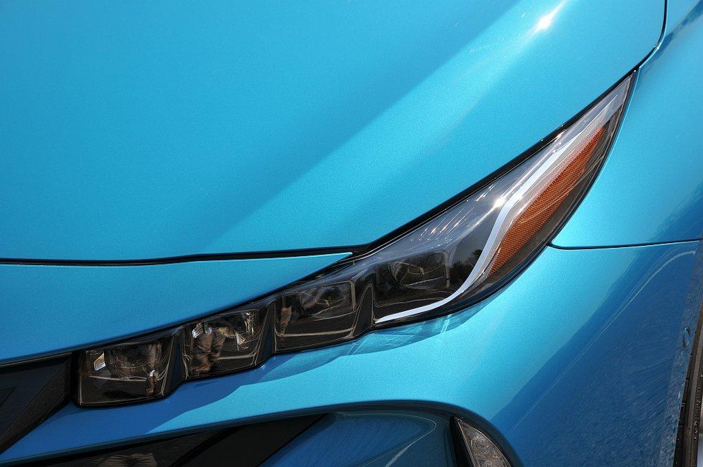 トヨタ プリウスPHVのヘッドライト画像