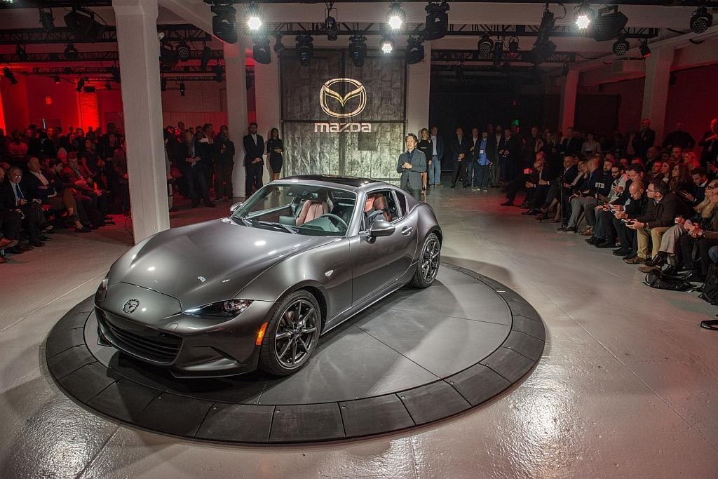ニューヨーク国際モーターショー2016にて世界初公開された「MX-5 RF」