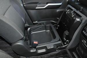 スズキ ソリオ バンディット ハイブリッドMVの助手席シートアンダーボックスの写真