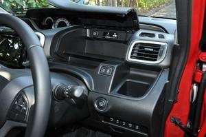 スズキ ソリオ バンディット ハイブリッドMVの運転席収納スペースの写真