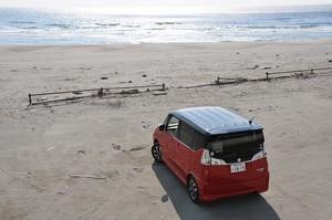 砂浜から海を望むスズキ ソリオ バンディット ハイブリッドMVの写真