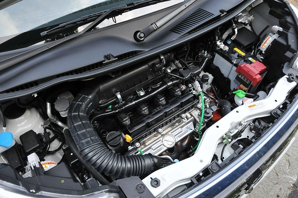 スズキ ソリオ ハイブリッドのエンジンの画像