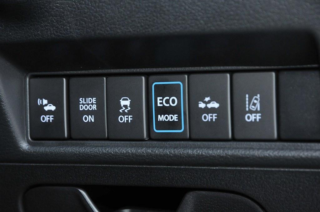 スズキ ソリオ ハイブリッドのエコモードスイッチの画像