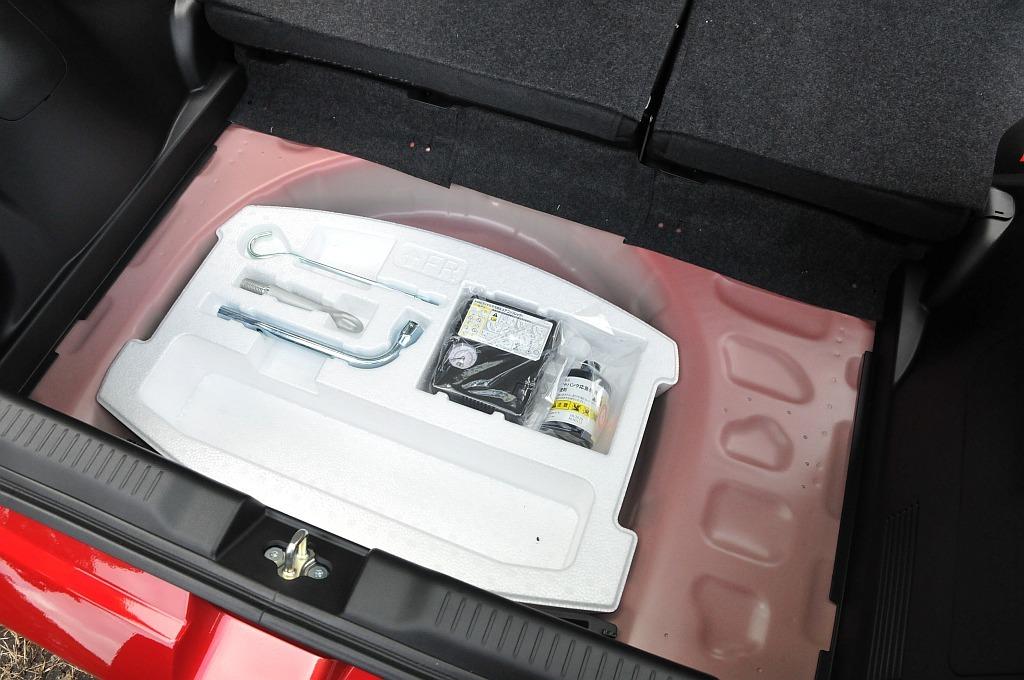 スズキ スイフトのトランク床下、パンク修理キット等の画像