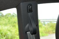 フォルクスワーゲン ザ・ビートルデザインレザーパッケージの後部座席の「吊り革」の写真