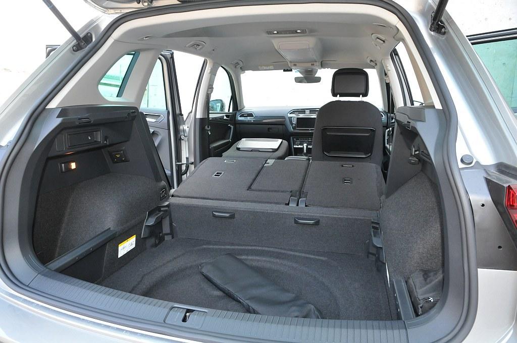VW ティグアン、床下収納スペースの画像