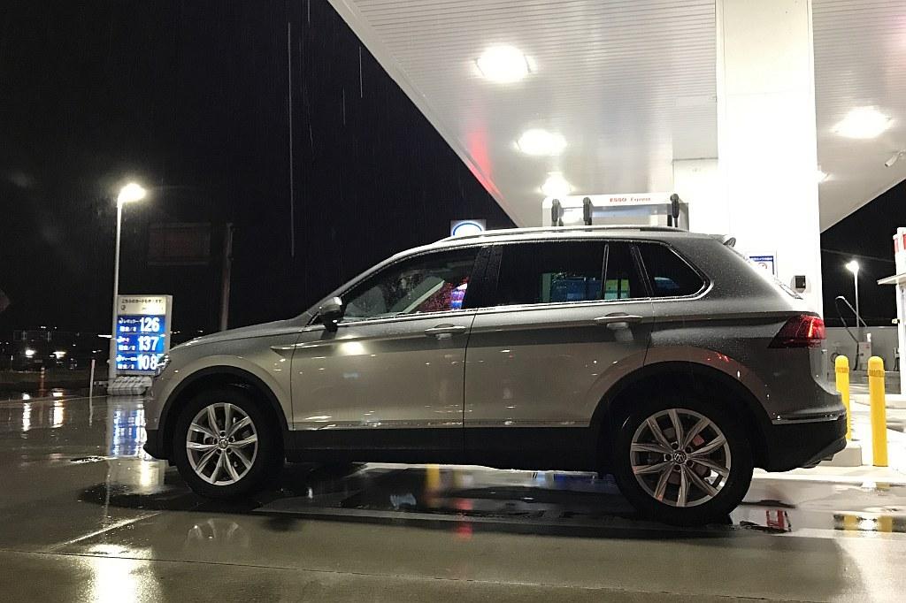 VW ティグアン、給油中の画像