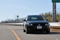 路上を走るフォルクスワーゲン ゴルフヴァリアントTSIコンフォートラインの写真