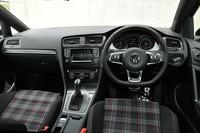 フォルクスワーゲン ゴルフ GTIの前部座席の写真