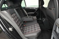 フォルクスワーゲン ゴルフ GTIの後部座席の写真