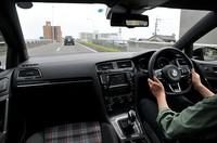 フォルクスワーゲン ゴルフ GTIの運転中の写真
