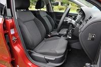側面から撮影されたフォルクスワーゲン ポロ TSIコンフォートラインの運転席の写真