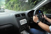 フォルクスワーゲン ポロ TSIコンフォートラインの運転席の写真