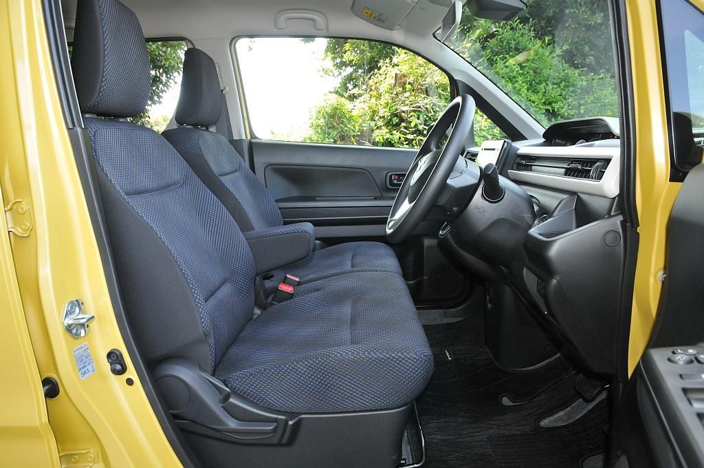 スズキ ワゴンR ハイブリッドFXのフロントシート画像